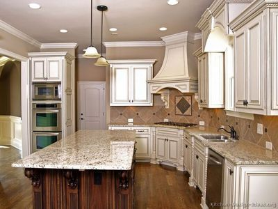 Traditional Two-Tone Kitchen Cabinets #01 (Kitchen-Design-Ideas.org)