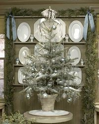 I love this silver, frosty Christmas tree. And the grey / blue ribbons add such a touch of elegance. <3 it!